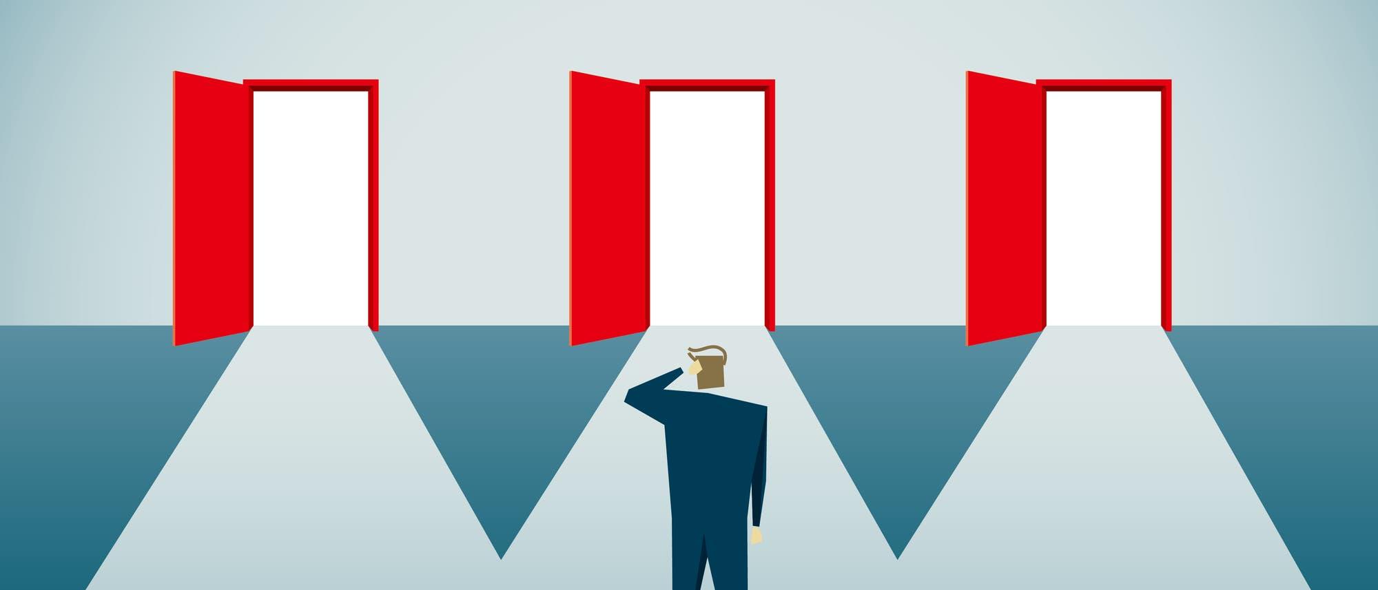 Mann muss sich zwischen drei Türen entscheiden