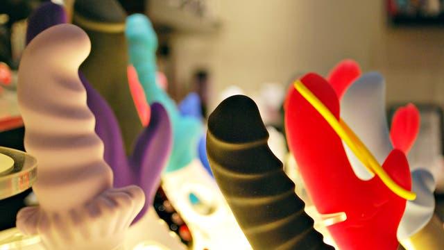 Nahaufnahme einer farbenfrohen Dildo-Sammlung.