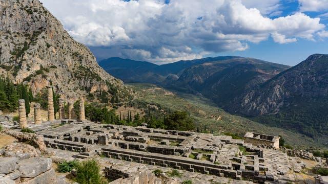 Am Berg Parnass, unweit von Delphi, stand etwa ab dem 8. Jahrhundert v. Chr. ein Apollontempel, der als wichtigste Orakelstätte der griechischen Antike galt.