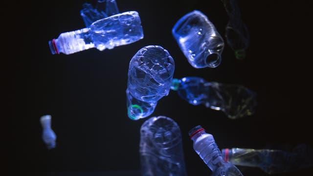 Schwimmender Plastikabfall