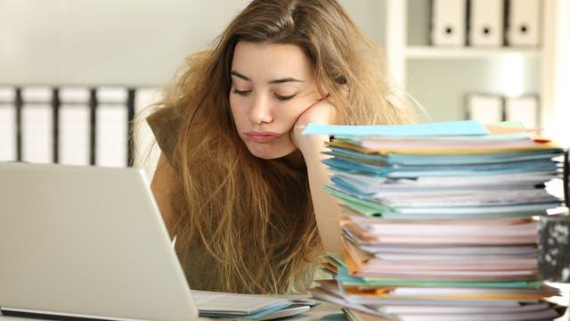 Muss ich? Könnte ich nicht etwas anderes machen und mich vor der Arbeit drücken? Vielleicht denkt das die Frau, die mit einer Menge Papierkram gelangweilt vor ihrem Laptop den Kopf in die Hand stützt.