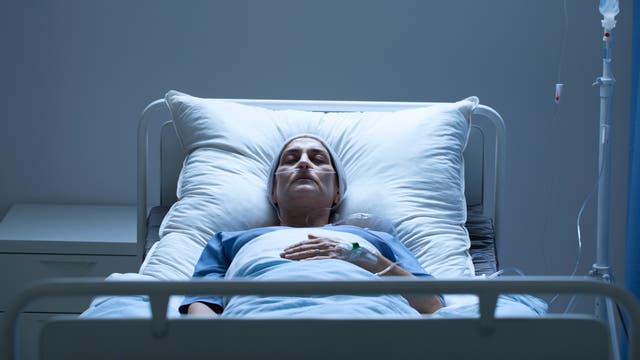 Schwerkranke Frau liegt in Krankenhausbett