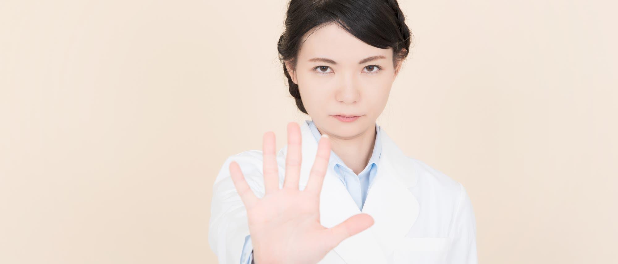 Frau macht ein Stopp-Handzeichen