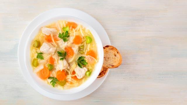 Hühnersuppe mit Nudeln und Gemüse