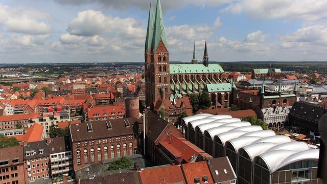Blick auf die Lübecker Altstadt mit Marienkirche, in deren Nähe die Nusstorte aus dem Jahr 1942 ans Licht kam.