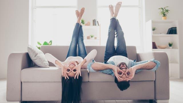 Paar koprüber auf dem Sofa