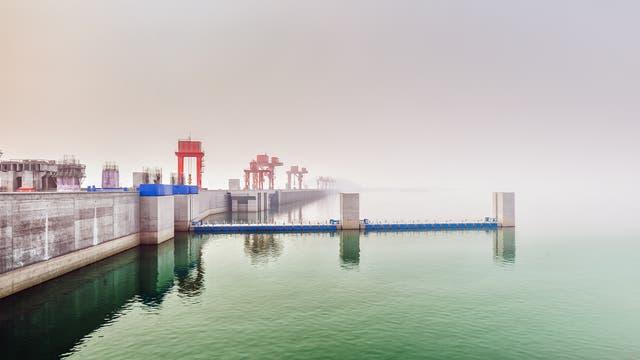 Der durch die Drei-Schluchten-Talsperre entstandene Stausee erstreckt sich bis weit nach dem 500 km entfernten Hafen von Chongqing.