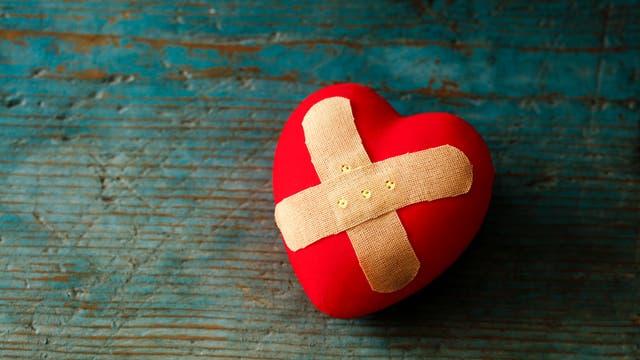 Ein Herz, auf dem zwei Pflaster kleben