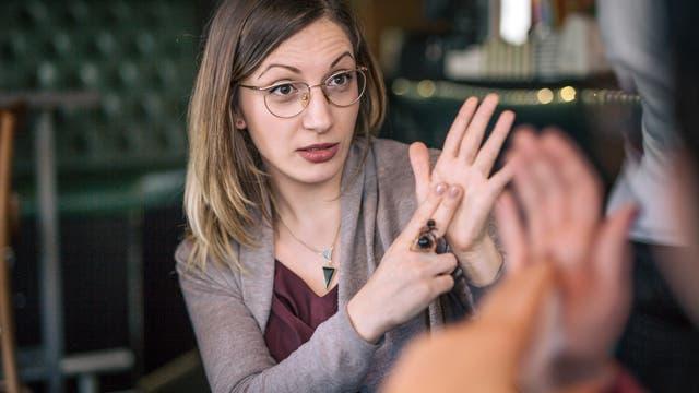 Frau unterhält sich mit Gebärdensprache