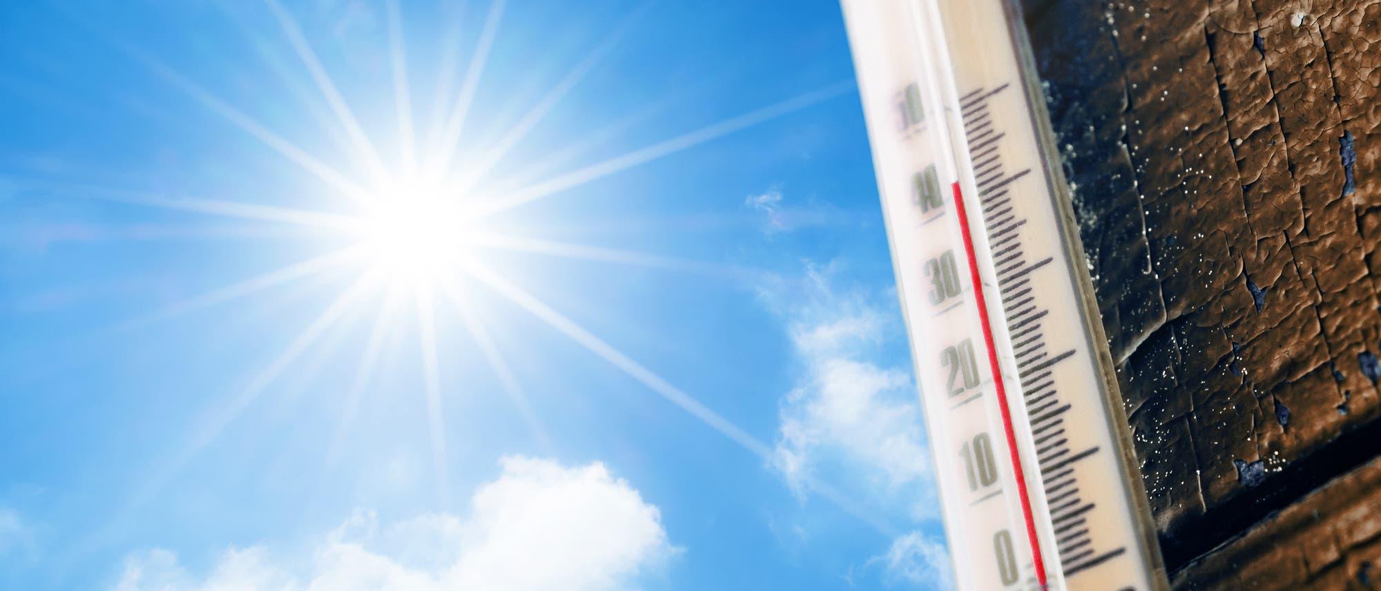 Brace yourself. Summer is coming. Ein Thermometer, das über 40 Grad anzeigt, daneben Himmel mit Sonne.