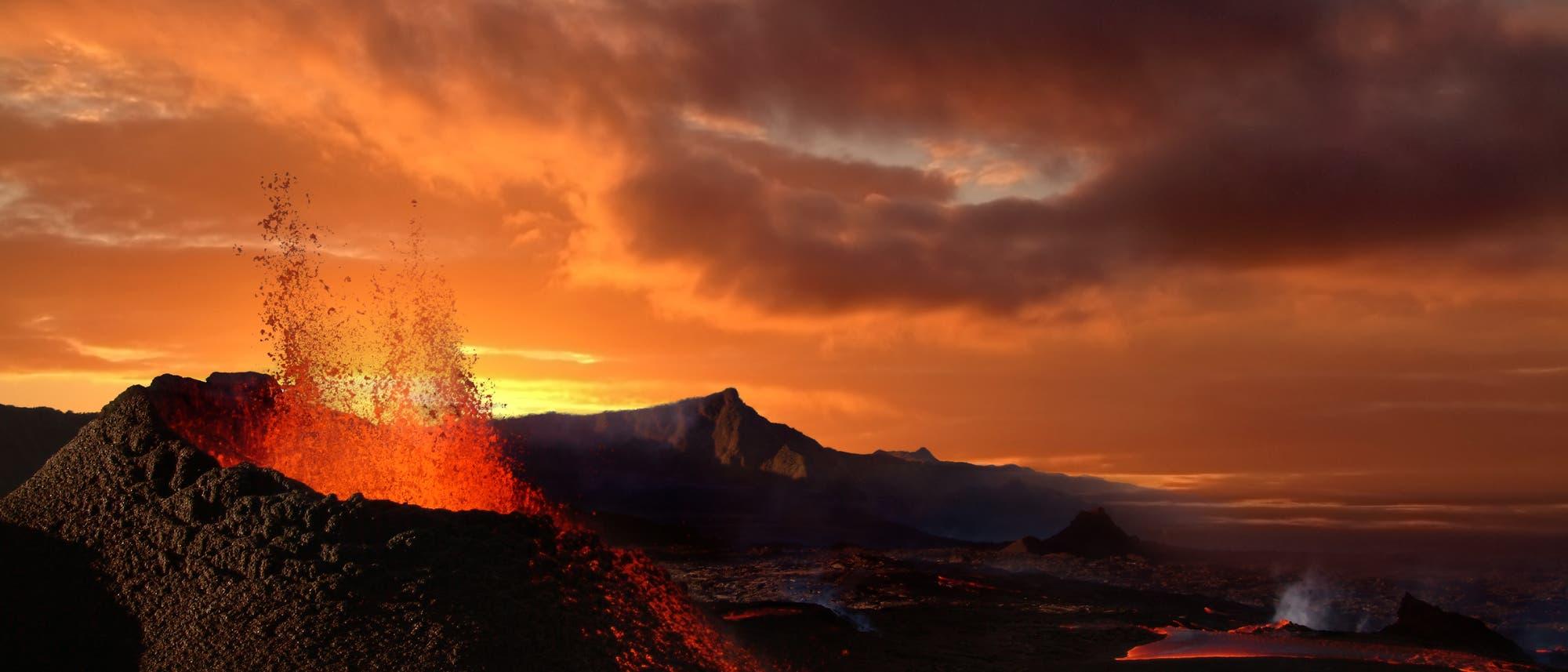 Vulkankegel mit gelbem Himmel.