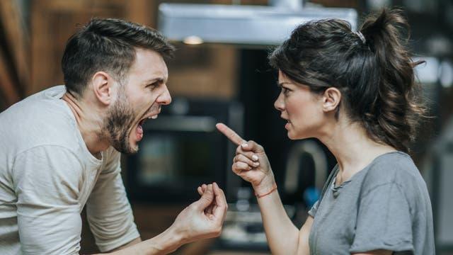 Ein Paar streitet: Sie klagt an, er schreit zurück