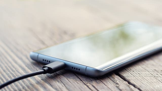 Smartphone am Ladestecker