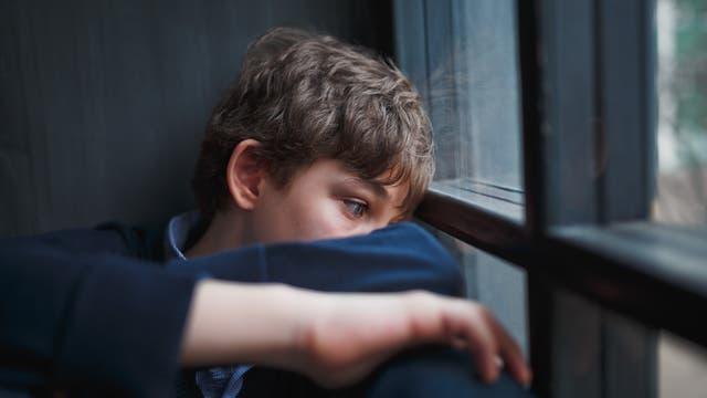 Ein Junge schaut traurig ins Leere