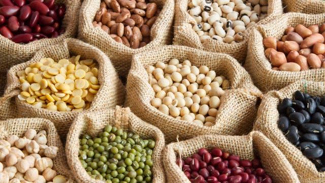 Das Bild zeigt verschiedene Hülsenfrüchte in Säcken.