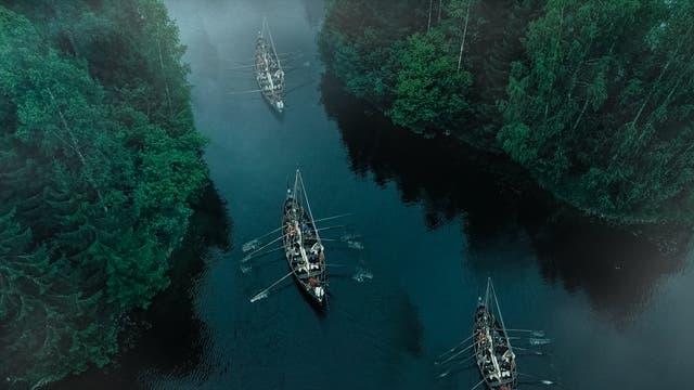 Wikingerschiffe auf Flussfahrt