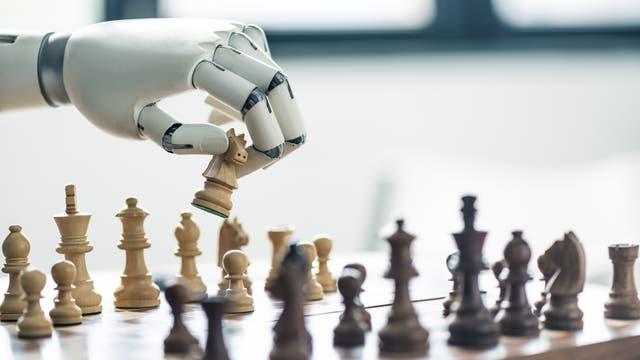 Roboter spielt Schach