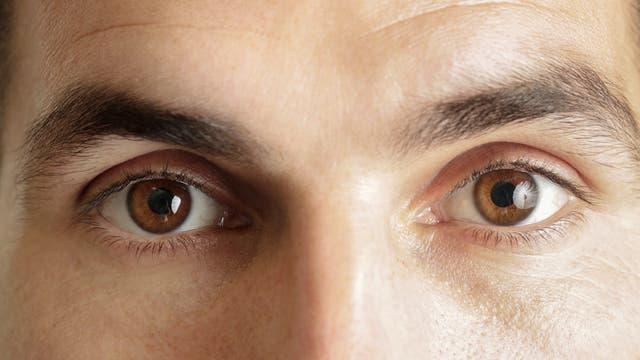 Ein Mann mit braunen Augen schaut in die Kamera