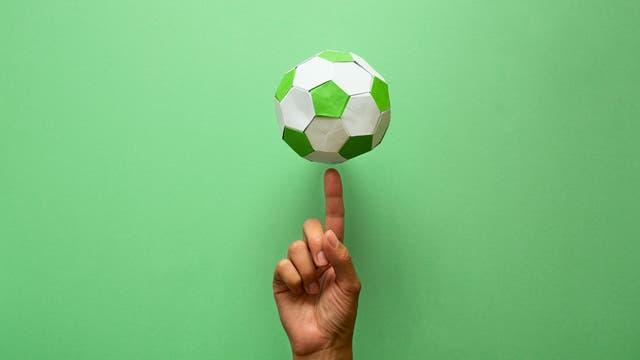 Origami-Fußball mit Finger