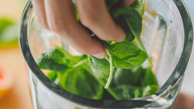 Frischer Spinat in einem Mixer