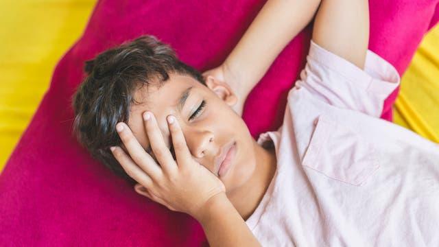 Schon Kinder können Migräne mit starken Kopfschmerzen haben.