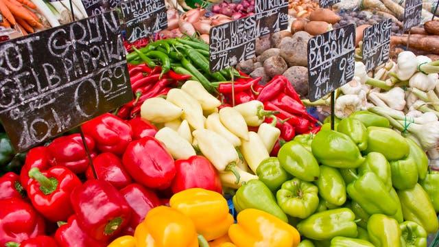 Verschiedene Gemüsesorten an einem Marktstand