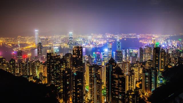 Metropolen wie Hongkong sind hell erleuchtet - die Lichter der Stadt behindern den Blick auf die Sterne