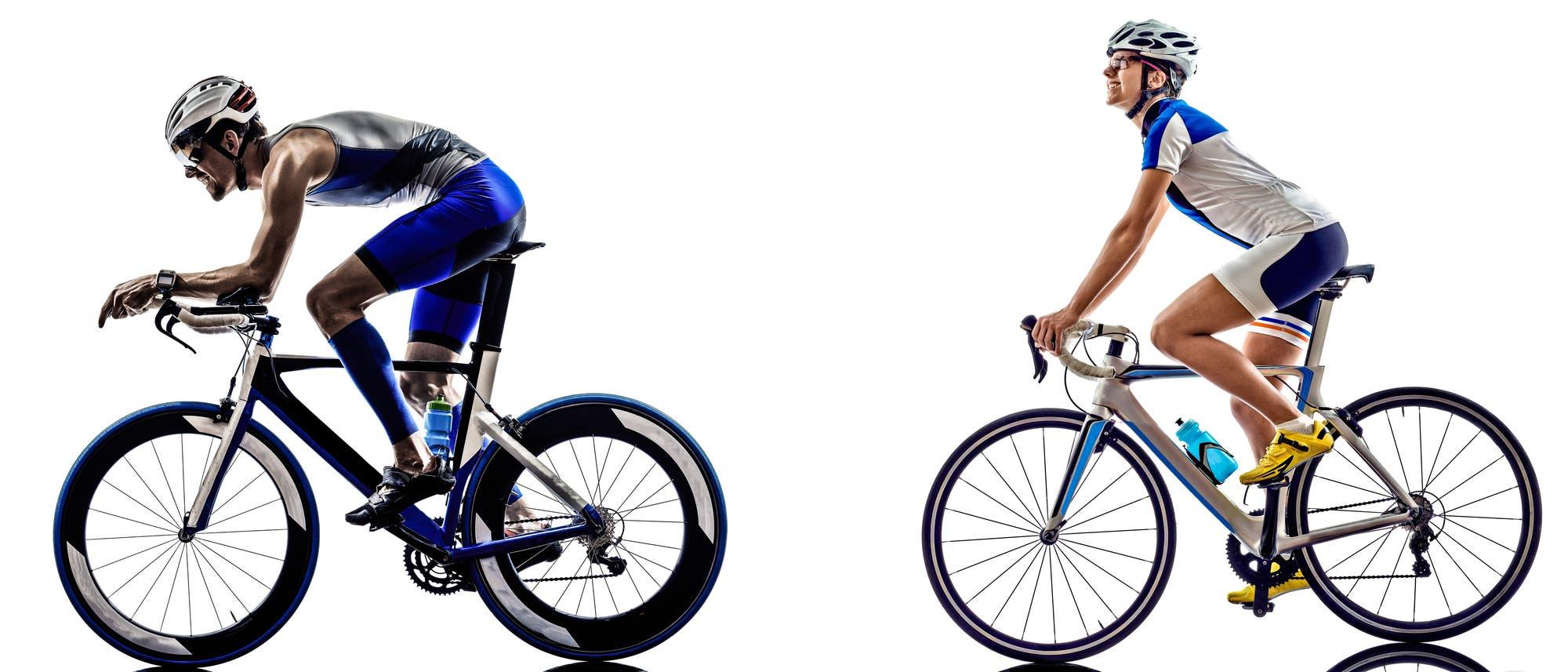Wer sich in Rennfahrerhaltung auf sein Rad legt (links), bietet der Luft weniger frontale Angriffsfläche und wird zudem besser von ihr umströmt als jemand, der aufrecht im Sattel sitzt (rechts). Die aerodynamischen Vorteile gehen allerdings auf Kosten der Bequemlichkeit.