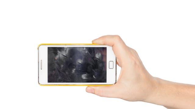 Auf dem Handy bleiben Rückstände von vielen Chemikalien.