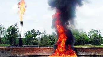 Brennende Restölgrube in Ecuador