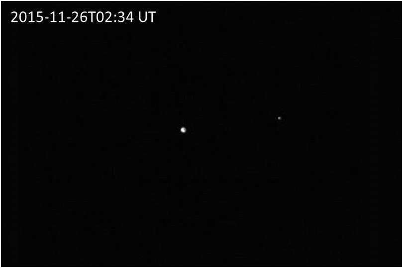 Erde und Mond im Infraroten am 26. November 2015 (Aufnahme von Hayabusa 2)