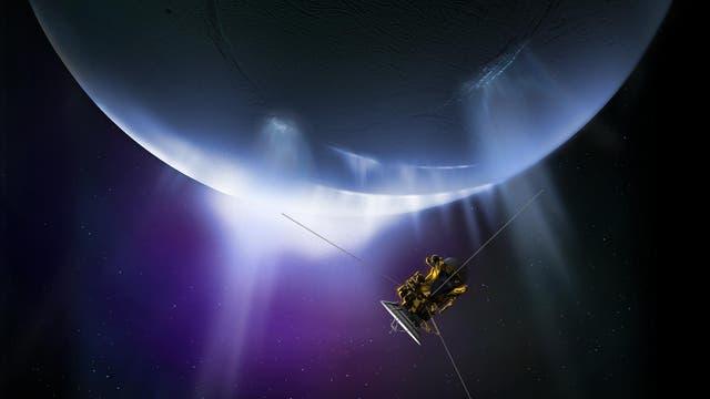 Cassini durchfliegt die Geysirfontänen von Enceladus (künstlerische Darstellung)