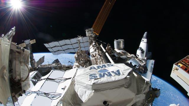 Seit 2011 misst das AMS-Experiment an Bord der Internationalen Raumstation ISS die kosmische Strahlung, die sich aus einer Vielzahl von Teilchen zusammensetzt.