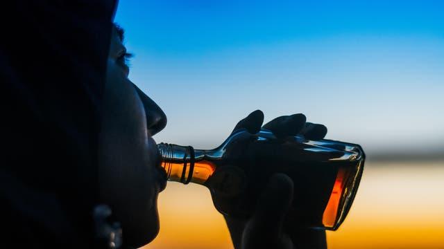 Mensch trinkt Schnaps