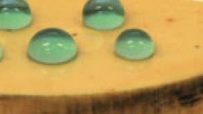 Blaue Wassertropfen auf einer Keramikscheibe