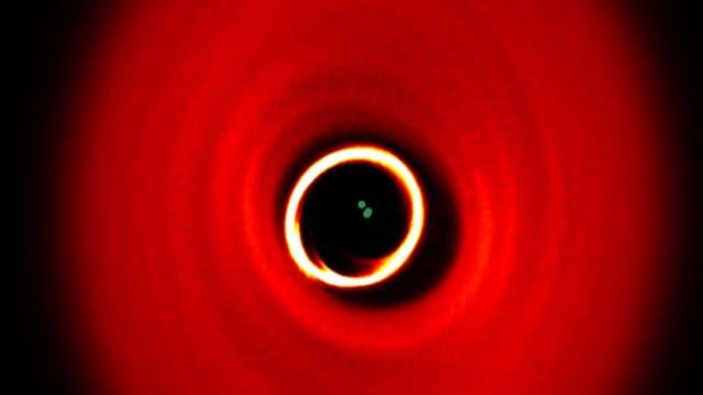 Das junge Dreifachsternsystem GW Orionis zerreißt wohl gerade die Scheibe aus Gas und Staub, von der es umgeben ist.