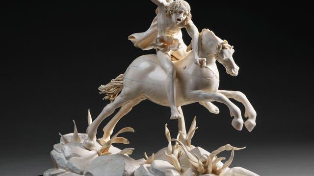Furie auf sprengendem Pferd
