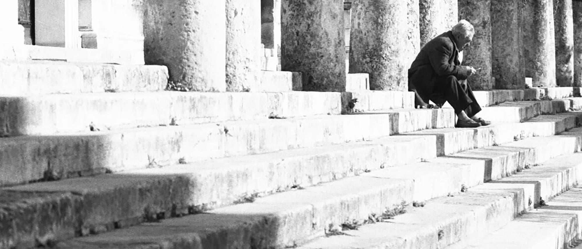 Alter Mann auf Steintreppe