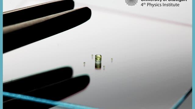 Eine 600 Mikrometer große Linse, umgeben von vier 120 Mikrometer großen Linsen