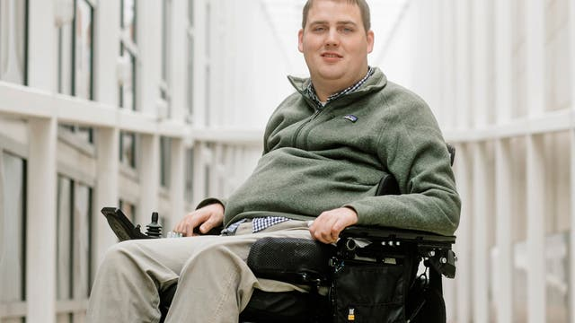 Nach einem Badeunfall vor sieben Jahren kann der 26-jährige Ian Burkhart seine Arme nur noch eingeschränkt und seine Beine überhaupt nicht mehr bewegen.