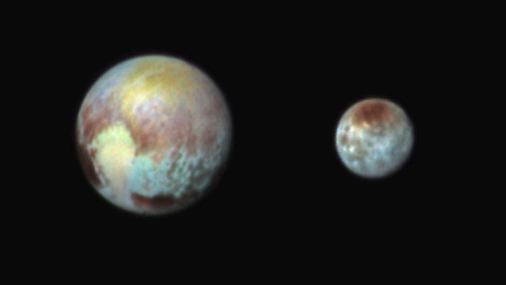 Pluto und Charon in Falschfarben