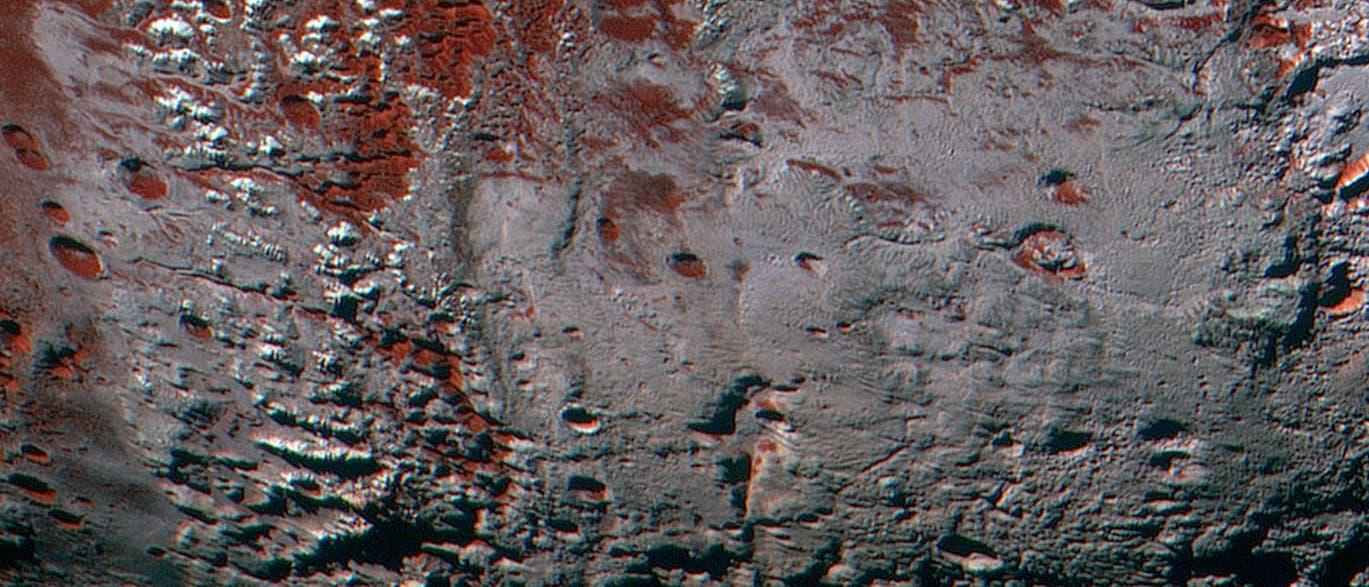 Helle Gipfel und Kraterränder am Südrand der dunklen Ebene Cthulhu Macula.