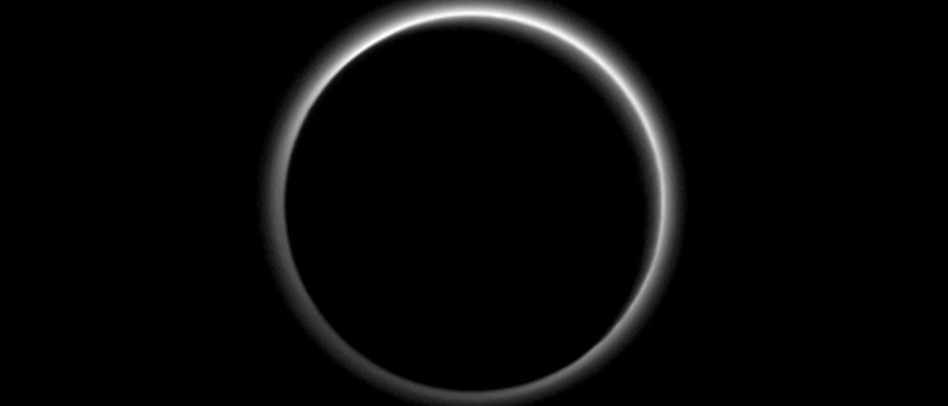 Atmosphärenhalo um den dunklen Pluto