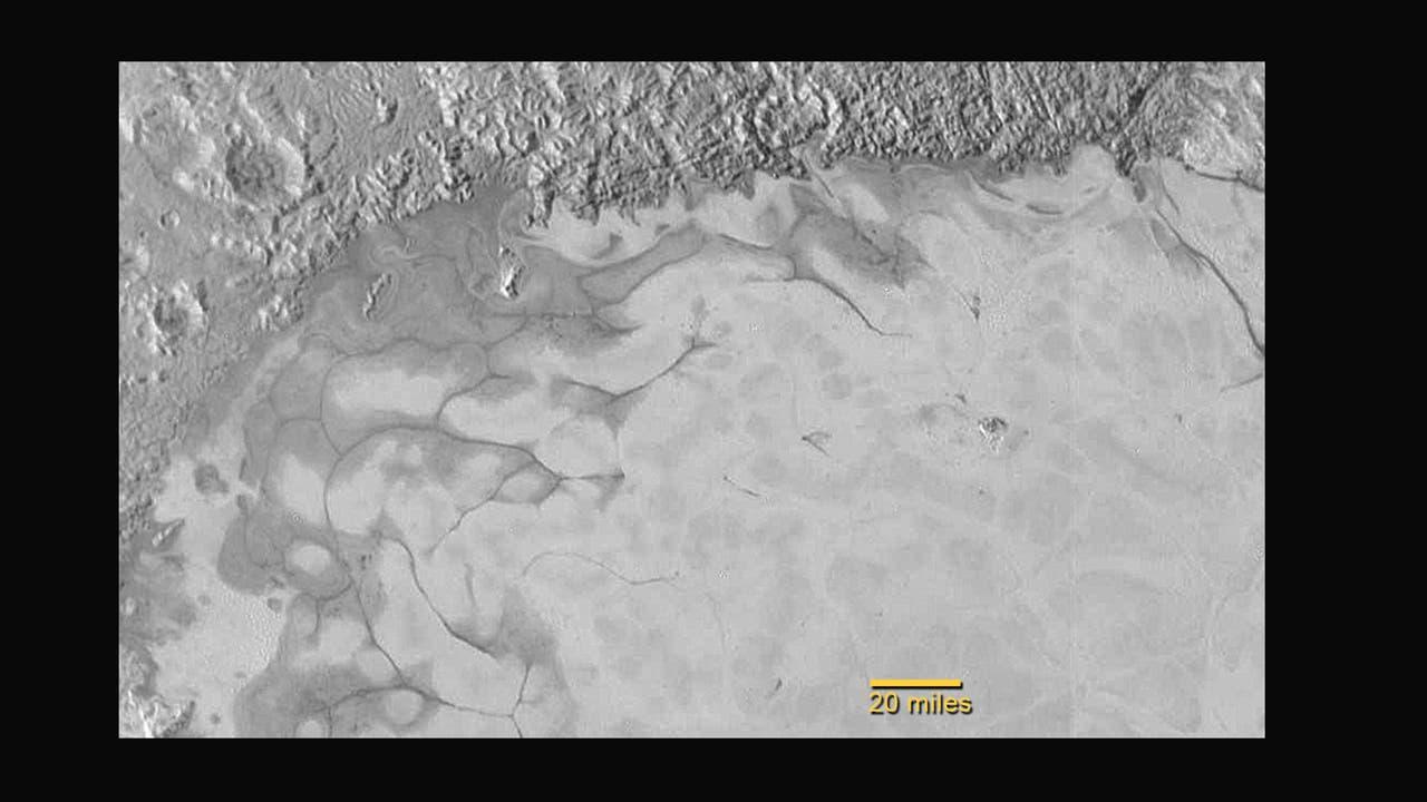 Stickstoffgletscher am Nordrand des Sputnik Planum