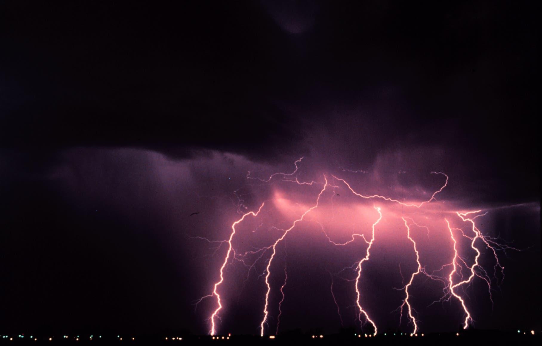 Blitze bei einem nächtlichen Gewitter