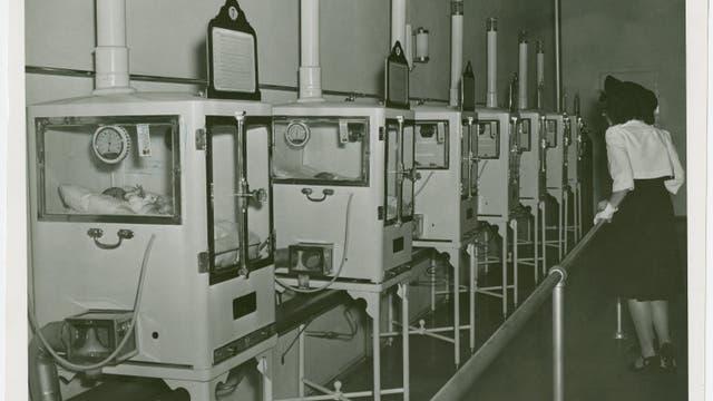 Ausstellung mit Babys in Brutkästen. Das Foto entstand zwischen 1935 und 1945 auf Coney Island