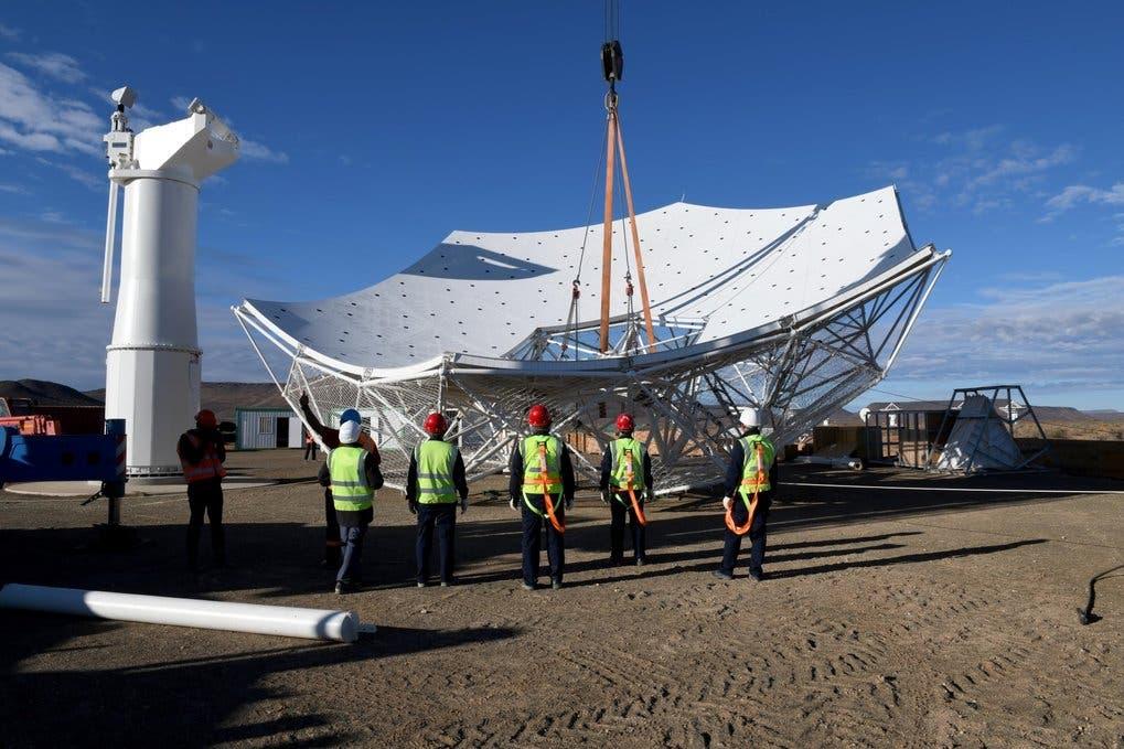 Der Reflektor des SKA-MPG-Teleskops vor der Montage