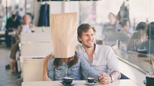 Frau mit Papiertüte über dem Kopf