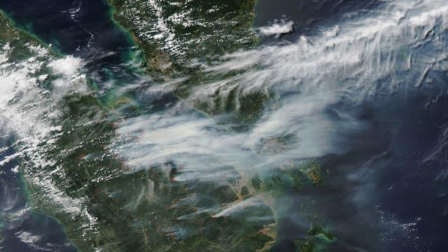 Rauchschwaden: Dichter Rauch zieht von den Wald- und Plantagenbränden auf Sumatra Richtung Malaysia und Singapur.