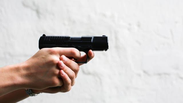Waffe mit beiden Händen gehalten